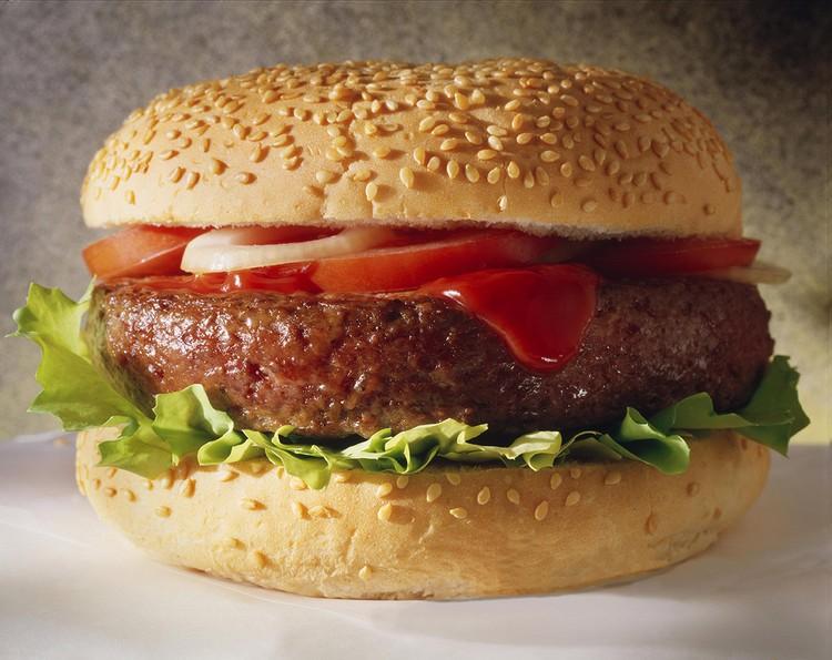 Классический гамбургер - булочка, котлета из фарша, овощи и соус - по вкусу.