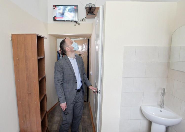 Малюська осматривает платную камеру тюрьмы