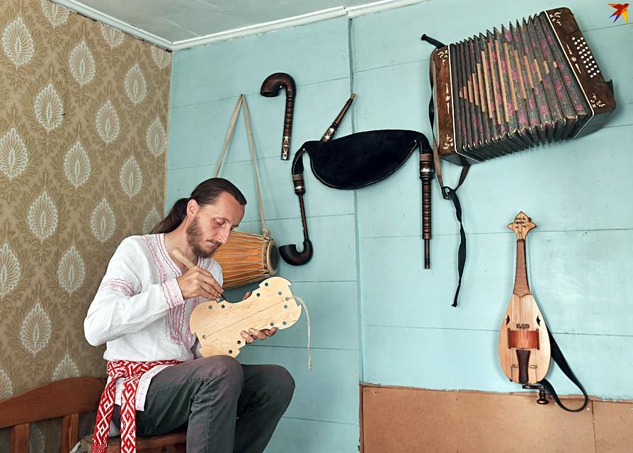 Андрей знает, как сделать звучащую скрипку. Фото: Виктор ДРАЧЕВ