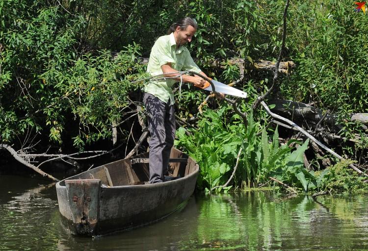 Андрей родом из Пинска, и как настоящий полешук, первым делом купил лодку-чайку!