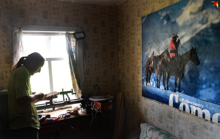Мастерскую Андрей временно оборудовал в доме.