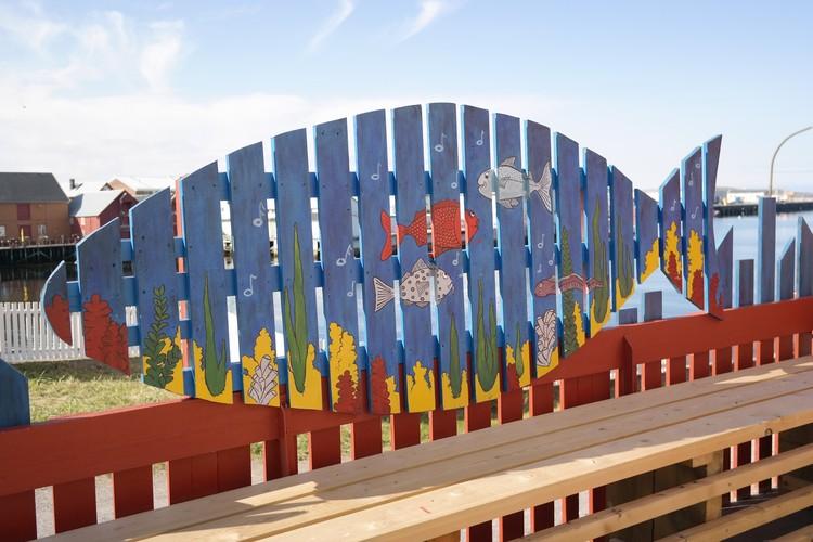 Солнечная погода в Заполярье - редкость и счастье. В остальное время яркие краски в городском пейзаже создают люди.