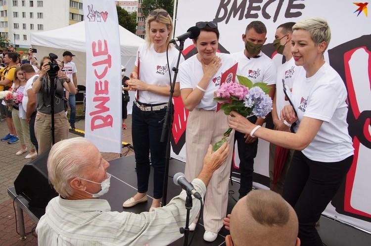 В Речице пенсионер подарил цветы Тихановской, Цепкало и Колесниковой