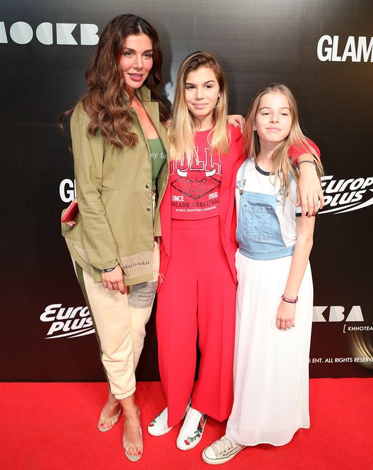 Анна Седокова с дочерьми Моникой и Алиной.