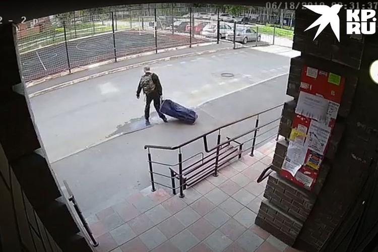 Бывший спецназовец вынес пленницу в спортивной сумке. Фото: Следственное управление СКР по Новосибирской области.