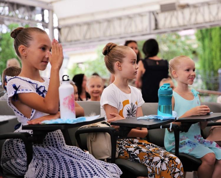 Будущие балерины приготовили Светлане Захаровой рисунки и подарки