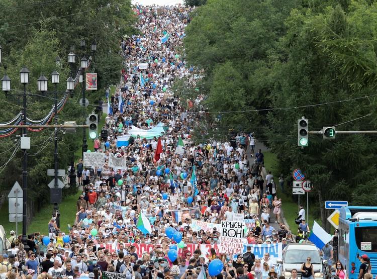 В Хабаровске на улицы вышли тысячи людей.