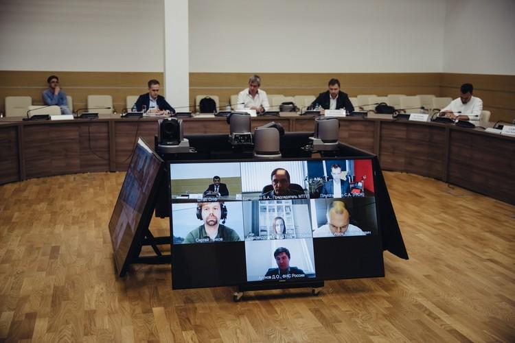 Часть спикеров обсуждения выходила в эфир по видеосвязи: к обсуждению приглашали экспертов со всей страны.