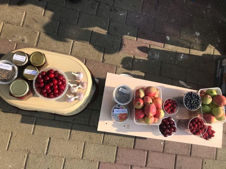 Малина и черника по 200 руб. за стакан, вишня от 60 руб. Зверобой — 30-50 руб., яблоки — по 50 руб., и варенье — от 100 руб. за баночку.
