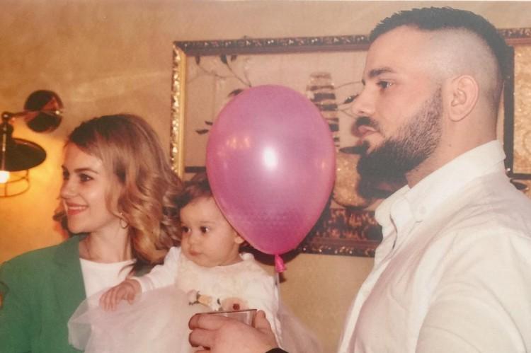 Сын Славиша Чарли с супругой на дне рождении Николии. В первый день рождения внучки дедушка Славиш был очень счастлив