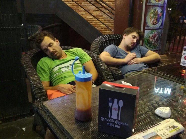 Анатолий частенько засыпал в разгар тусовки. Фото: соцсети.