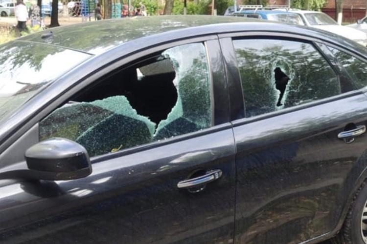 "Мужчина разбил почти все стекла в машине. Фото: ""Типичный Брянск""."