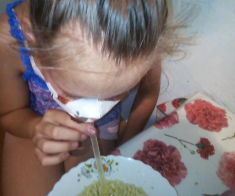 Теперь Олеся может питаться только через трубочку. Фото: предоставлено Юлией Каблуковой