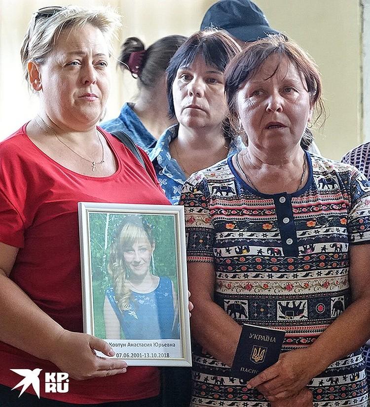У всех жителей поселка Золотое-5 есть украинские паспорта. При этом, граждан Украины несколько раз в сутки, обстреливают с украинских позиций, украинская армия. Зачем?