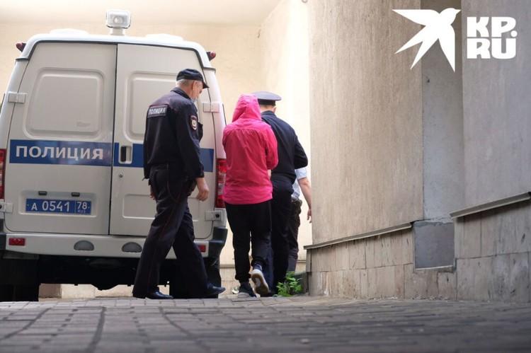 Марину доставили в суд в наручниках на полицеской машине. Вину она не признает