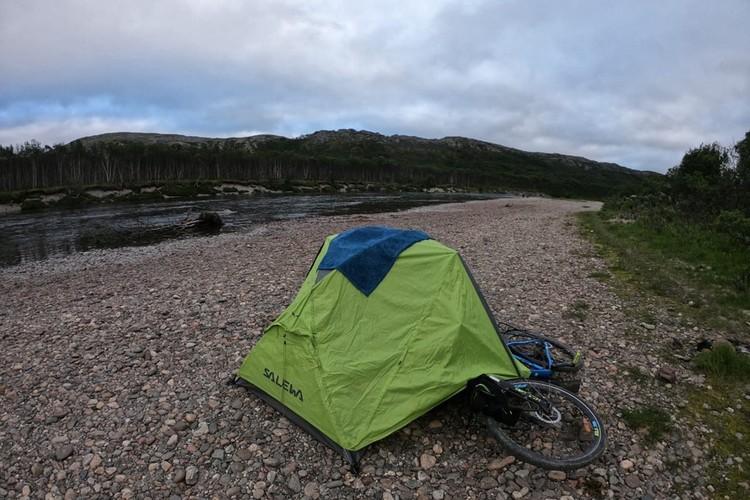 Большиснтво ночей по дороге на Крайний Север он провел в палатке. Фото: Иван Ярочкин