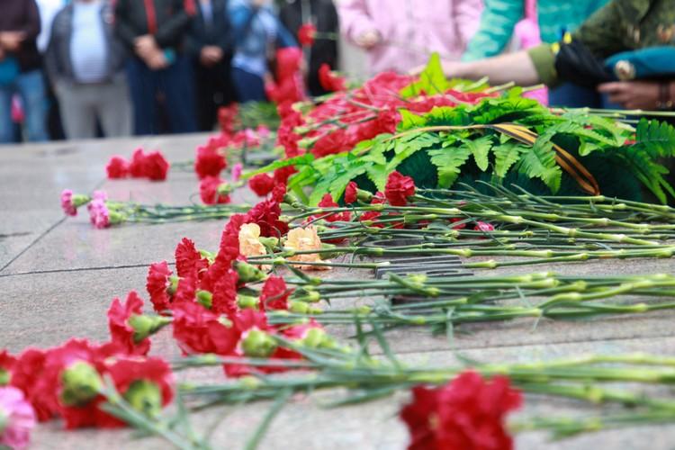 В День ВДВ 2020 в Иркутске сибиряки несли цветы к Вечному огню