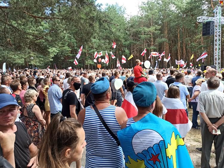 На митинге было много десантников, которые 2 августа отмечают день ВДВ.
