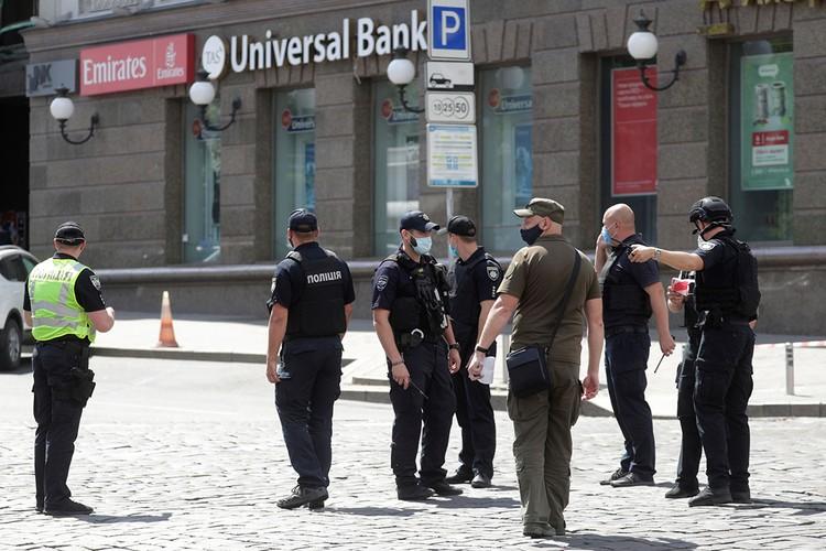"""В Киеве опять переполох. Украинские силовики вели переговоры с посетителем бизнес-центра, который обещал взорвать офис """"Универсал банка""""."""