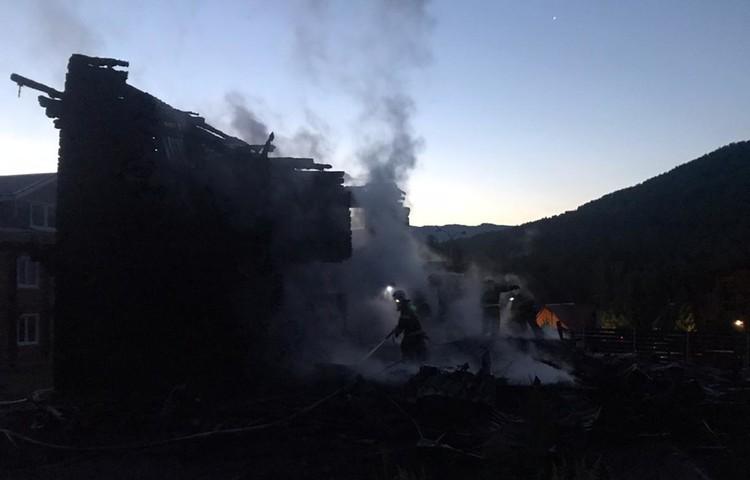 Туристы из Санкт-Петербурга, Новосибирска и других городов при пожаре потеряли личные вещи и документы.