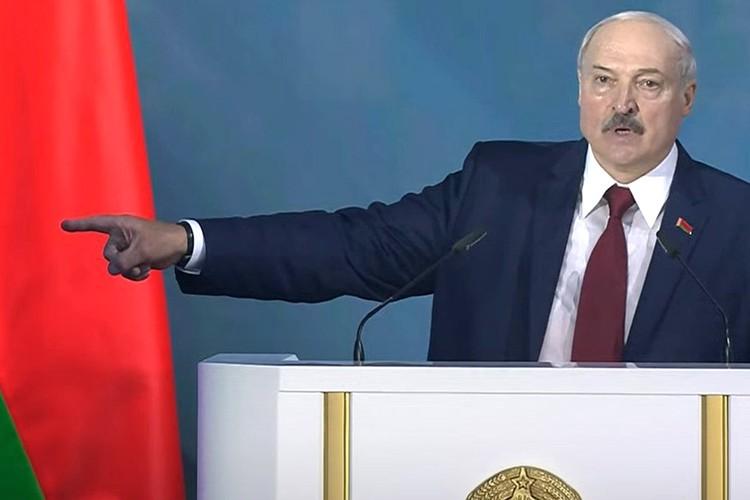 """Александр Лукашенко: """"Белоруссия — спокойное звено в центре Евразии. И Россия боится нас потерять""""."""