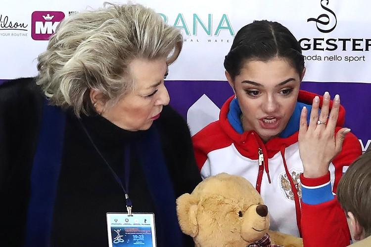 Татьяна Тарасова и Евгения Медведева после короткой программы женского одиночного катания на чемпионате России 2018 года. Фото: Станислав Красильников/ТАСС