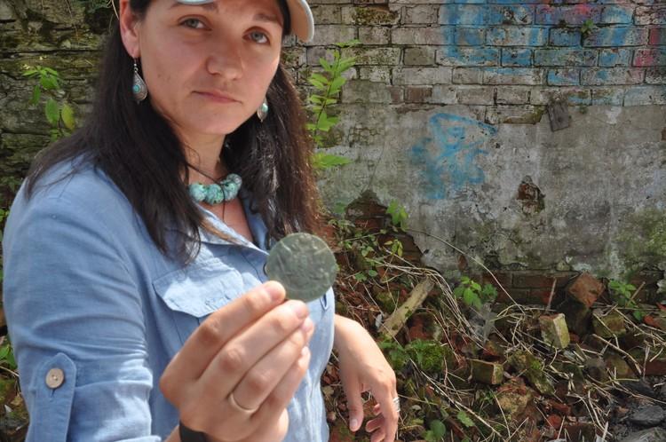 Археологи находят много старинных монет.