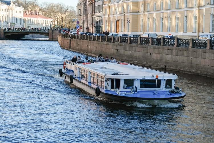В момент подения катер проходил под мостом.