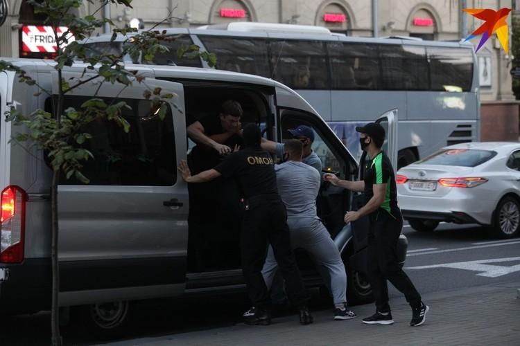 На глазах нашего корреспондента задержали 45 человек - все мужчины