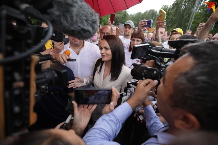 Тихановскую встретили овации и телекамеры.