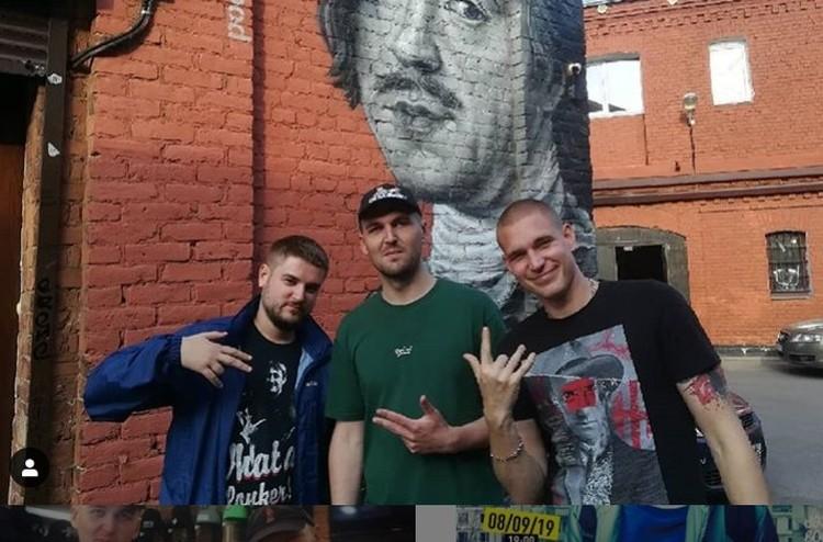Энди Картрайт (в центре) с создателем батлла Versus Ресторатором (справа)
