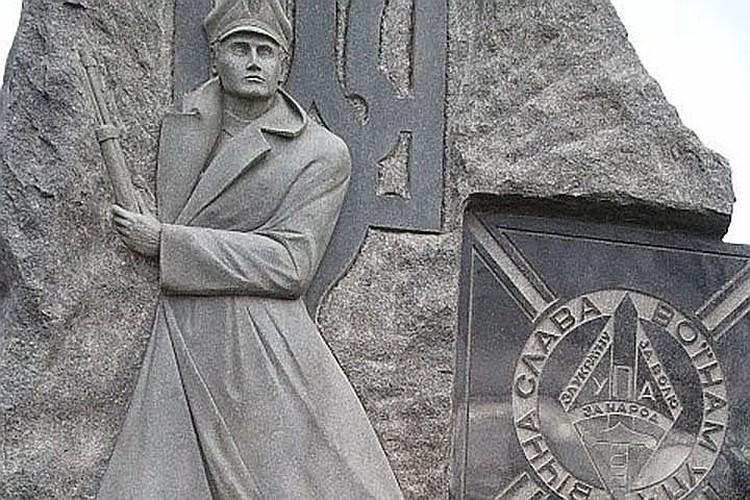 Памятник боевикам УНА-УНСО на украинском кладбище в Торонто.