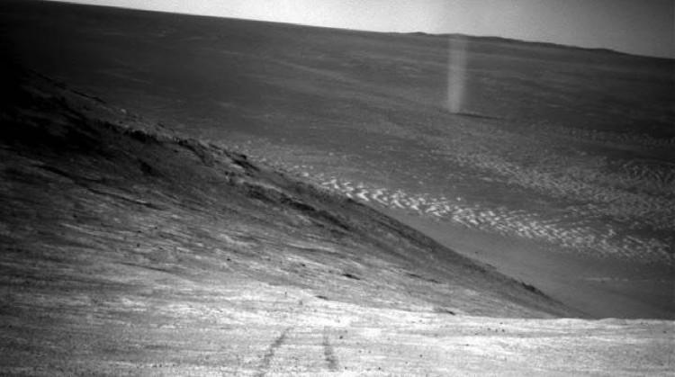 """Мелкий """"пыльный дьявол"""": фото с поверхности Марса."""