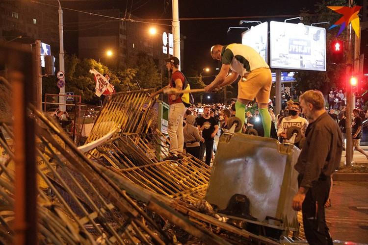 Протестующие несколько раз возводили баррикады на Сурганова