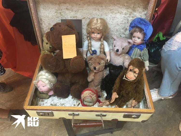 Старые куклы практически символ любой барахолки
