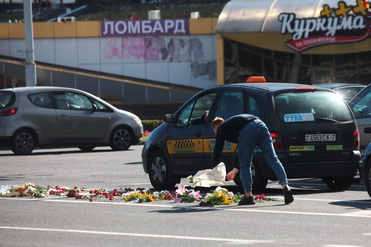Люди продолжают нести цветы