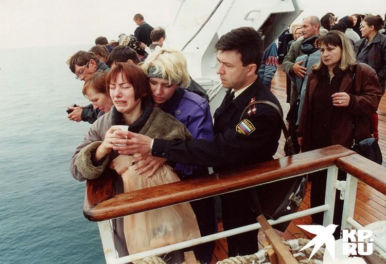 Родственники погибших моряков во время церемонии прощания.