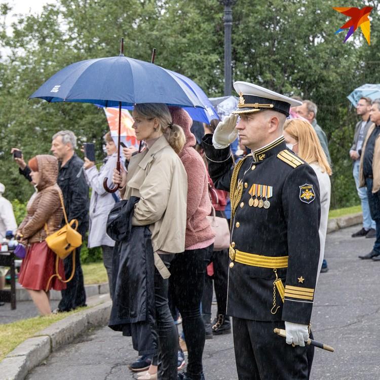 """Никакой дождь не мог помешать северянам почтить память егроев """"Курска""""."""