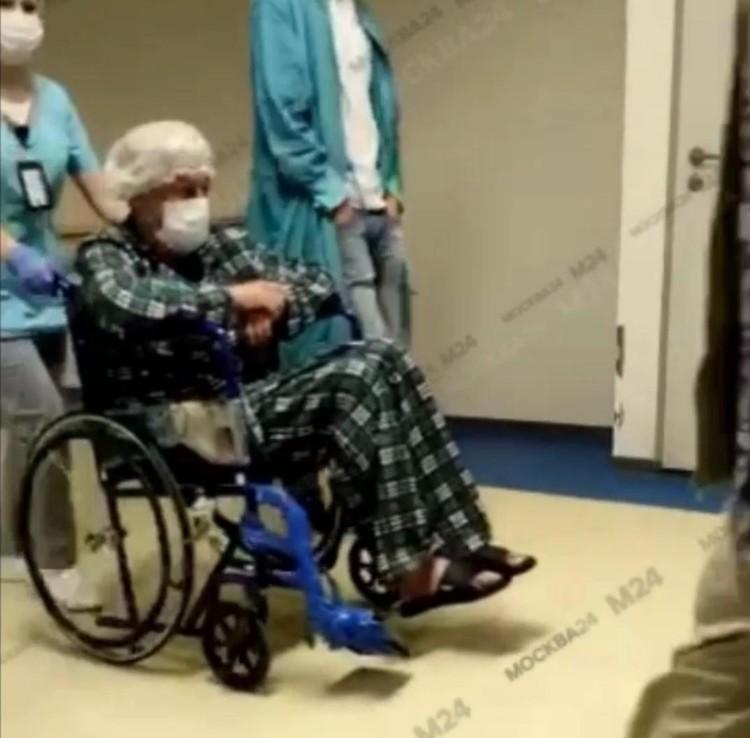 """В настоящее время актер находится в неврологическом отделении Боткинской больницы. Однако ходить сам пока не может - передвигается по клинике в инвалидной коляске. Фото: Канал """"Москва 24"""""""