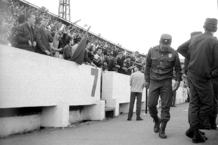 Трибуны стадиона были переполнены фанатами Цоя. Фото: Константин КУЛИКОВ.