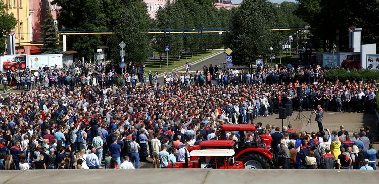 На площади у завода собралось огромное количество людей.