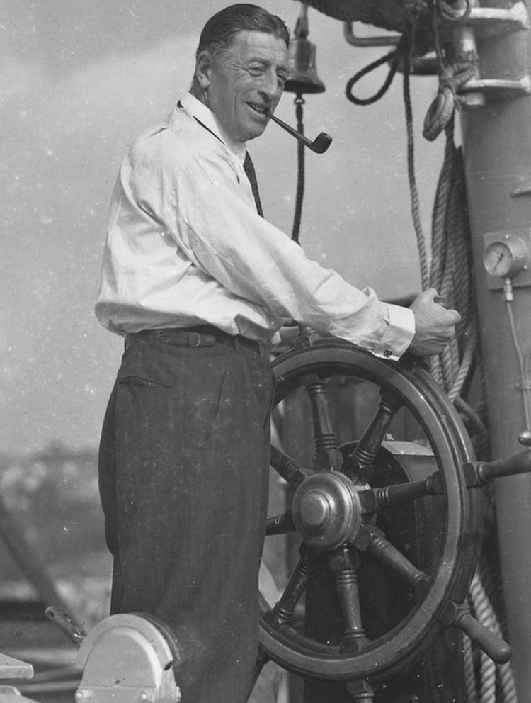 Национальный герой Германии Феликс фон Люкнер за штурвалом своего корабля. Фото: пресс-служба Яхт-клуба Санкт-Петербурга