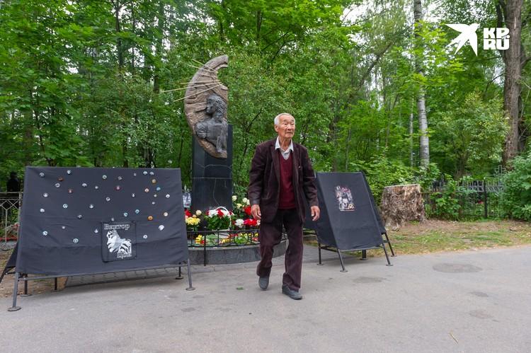 Роберт Цой недолго постоял у могилы сына и быстро ушел