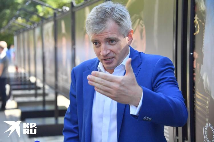 В церемонии открытия уличного вернисажа принял участие руководитель департамента культуры Москвы Александр Кибовский