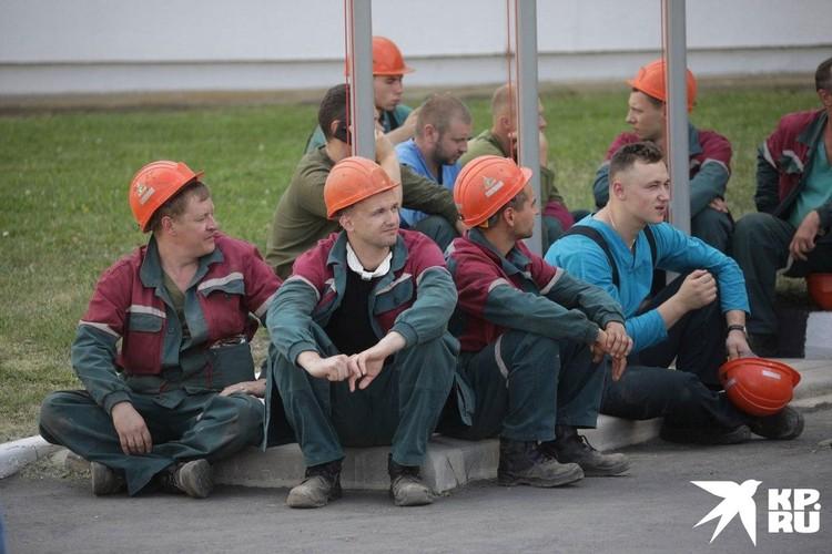 По словам рабочих, рудники остановлены, руда не поднимается на поверхность.