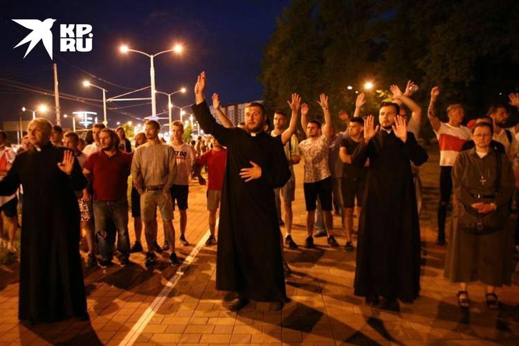 Священники у ИВС на Окрестино просили протестующих вести себя спокойно