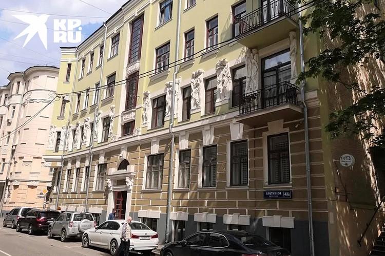 Дом, в котором находится квартира актера.