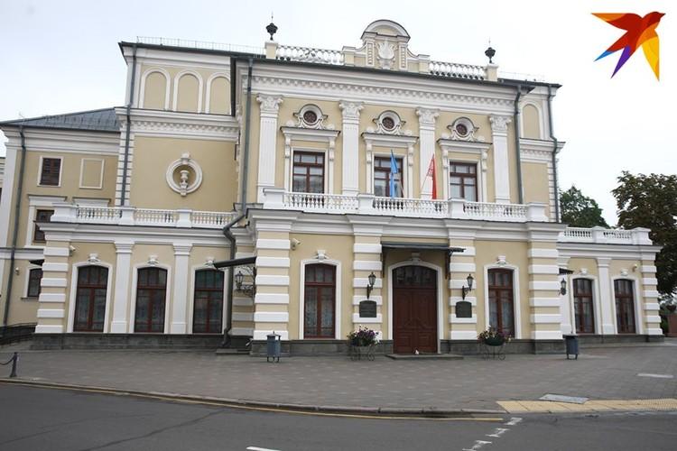 На театре висят государственный флаг Беларуси и флаг Минска.