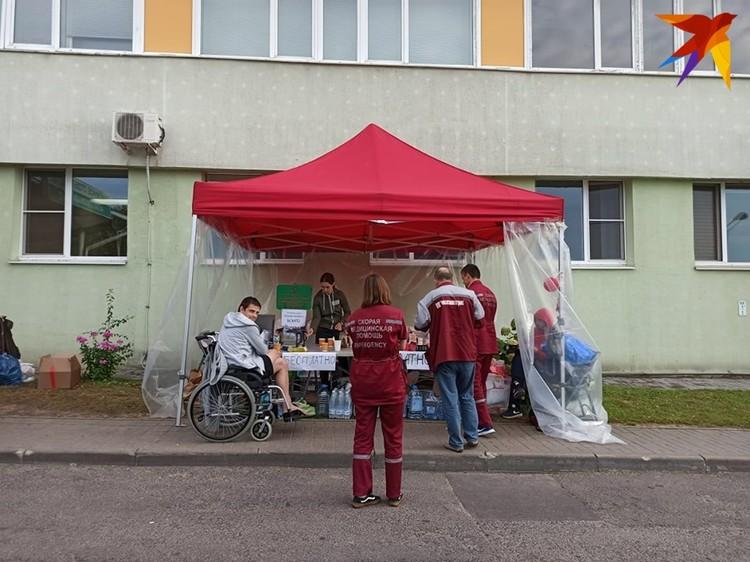 Палатка волонтеров до сих пор стоит возле БСМП.