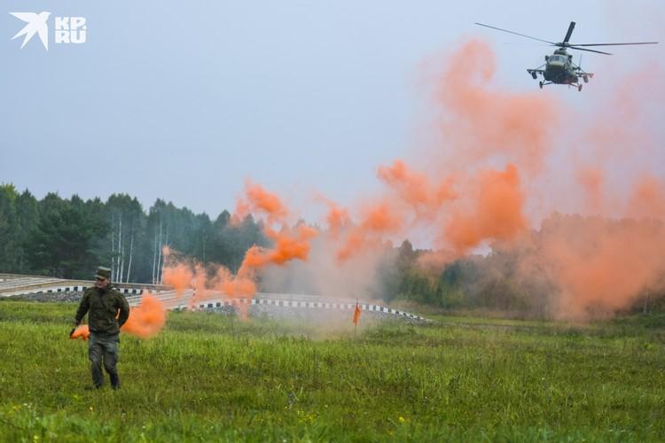 Вертолет Ми-8 заходит на место десантирования.